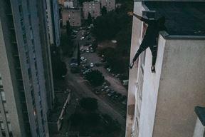 """Mladić je """"visio"""" s nebodera na nekoliko desetaka metara visine"""