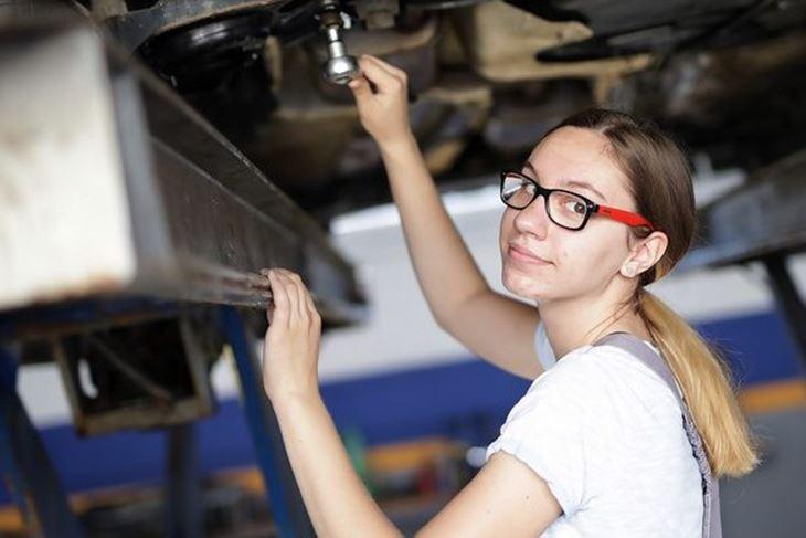 Automehaničarka ( Foto Glas Podravine)
