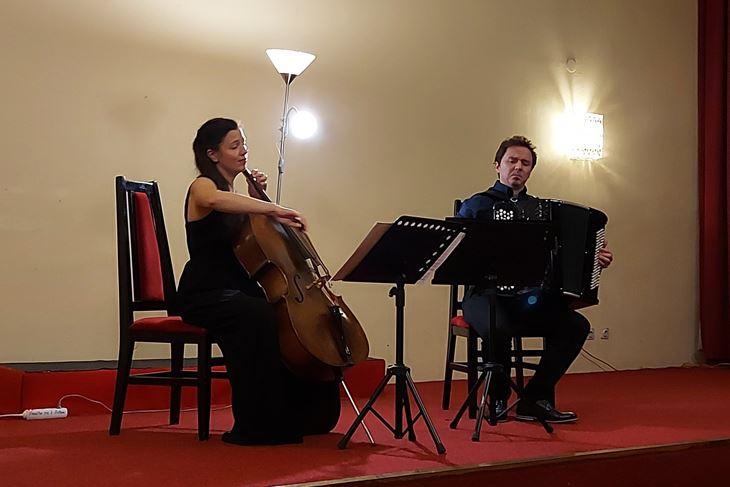 Violončelistica Vita Peterlin i harmonikaš Žan Trobas iz Slovenije