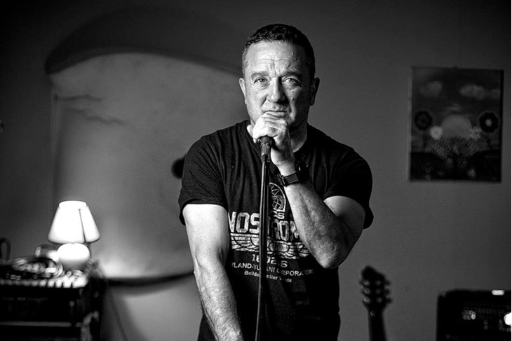 Dean Škaljac - pjevač i autor tekstova grupe Grad (Snimio Petar Kurschner)