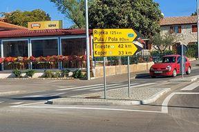 Uz kružni tok koji vodi prema Kopru, kao da pozdravlja svakog gosta pri dolasku ili odlasku iz grada (Snimila Sanja Bosnić)